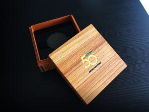 """รับทำกล่องใส่โล่รางวัล,กล่องโล่รางวัล,ผลิตกล่องโล่รางวัล,ปกป้องรางวัล,""""กล่องใส่โล่ รางวัล หุ่มกระดาษอัดลาย ,รับผลิตโล่รางวัล, รับผลิตโล่รางวัลdesignตามสั่ง,โล่รางวัลอะคริลิค,รับผลิตโล่รางวัลเกียรติคุณ,โล่รางวัลอะคริลิค,รับผลิตโล่รางวัลเจาะช่องภายใน,โล่รางวัลอะคริลิค,รับผลิตโล่รางวัลประกบอะคริลิคหน้าหลัง,โล่รางวัลอะคริลิค,รับผลิตโล่รางวัลประกวดแข่งขัน,โล่รางวัลอะคริลิค,รับผลิตโล่รางวัลบันเทิง,โล่รางวัลอะคริลิค,รับผลิตโล่รางวัลสติ้กเกอร์ทึบ,โล่รางวัลอะคริลิค,รับผลิตโล่รางวัลใส่สีพื้นหลัง,โล่รางวัลอะคริลิค,รับผลิตโล่รางวัลอะคริลิคติดโรว์มาร์ค,โล่รางวัลอะคริลิค,โล่อคริลิคติดโรว์มาร์ค,โล่รางวัลบันเทิง,โล่ใส่สีพื้น,โล่สติ๊กเกอร์ทึบ,โล่รางวัลกีฬา,โล่ประกวดแข่งขัน,โล่เกีตรติคุณดีเด่น,โล่รูปสัตว์,โล่รูปคน,โล่รูปยานพาหนะ,โล่รูปสิ่งของ,โล่รูปดาว,โล่ทรงมาตรฐาน,โล่ ประกบ,โล่ไม้,รับทำโล่ฐานสูง,โล่กีฬา,โล่งาน PRINT,โล่งานเพนต์,โล่ DESIGN ตามสั่ง ,โล่ดีไซน์ตามสั่ง,ร้านโล่รางวัล,รับทำโล่รางวัล,ขายโล่รางวัล,โล่อะคริลิค,โล่รางวัล,โล่ที่ ระลึก,โล่เกียรติยศ,โล่คุณภาพ,โล่พรีเมี่ยม,โล่ตามสั่งทุกรูปแบบ,งานด่วนเร่งได้,รับทำ โล่,ขายโล่รางวัล,โล่อะคริลิค,งานเลเซอร์,โล่แบบพิเศษ, รับทำโล่รูปดาว,รับทำโล่ทรง มาตรฐาน,รับทำโล่ประกบ,รับทำโล่ไม้,รับทำโล่ฐานสูง,รับทำโล่กีฬา,รับทำโล่งาน PRINT, รับทำโล่งานเพนต์,รับทำโล่ DESIGN ตามสั่ง"""